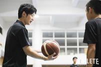 """<div class=""""caption"""">広島ドラゴンフライズGMである岡崎修司氏は現役引退後、ユースコーチとして選手育成にも尽力している。</div>"""