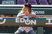 """<div class=""""caption"""">カープの本拠地であるマツダスタジアムのベンチに腰を下ろす内藤選手。</div>"""