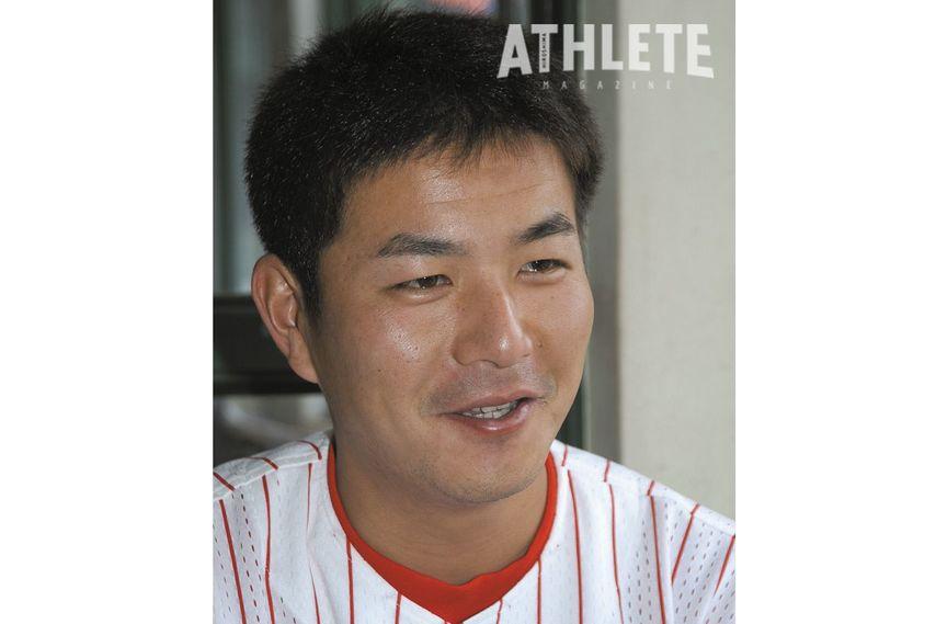 """<div class=""""caption"""">三拍子そろった外野手として入団しプロで10年間活躍した朝山東洋(現カープ一軍打撃コーチ)。写真は現役時代インタビュー時。</div>"""