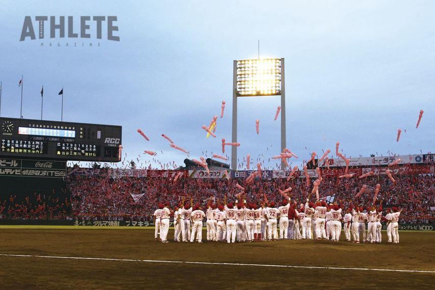 """<div class=""""caption"""">旧広島市民球場ラストゲームでは試合後にセレモニーも行われた。午後5時10分には、3万人以上の観客で埋め尽くされたスタンドから無数のジェット風船が舞い上がった。</div>"""
