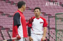 "<div class=""caption"">2017年、練習中に新井貴浩選手と会話する鈴木誠也選手。</div>"