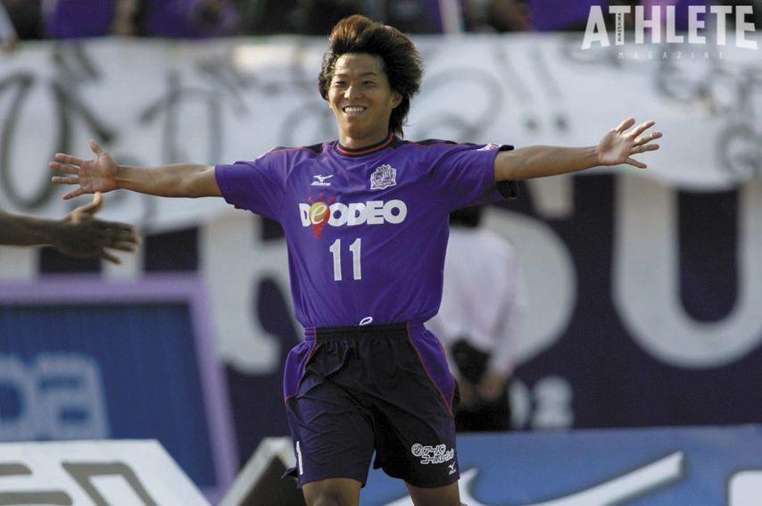 """<div class=""""caption"""">広島移籍初年度となる2005年。佐藤寿人はリーグ得点ランク3位となる18得点、日本人最多得点を記録。Jリーグベストイレブンに輝くなど結果を残した。</div>"""