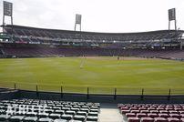 """<div class=""""caption"""">ガランとしたマツダスタジアム。昨年のオープン戦は無観客で行われた。</div>"""