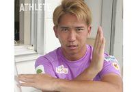 """<div class=""""caption"""">カメラに向かって決めポーズをとる浅野雄也選手。</div>"""