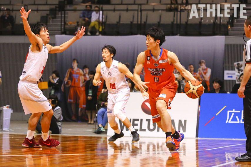 """<div class=""""caption"""">写真は現役時代の岡崎氏。球団初の地元広島出身選手として2014年に入団し、2018年までプレーを続けた。</div>"""