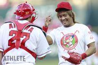 """<div class=""""caption"""">1982年6月22日生、東京都出身/180㎝・102kg/新日本プロレス所属。再び2017年の始球式のカットから。投げ込んだボールを手渡される際、會澤捕手から「ナイスボールでした」と声をかけられたという内藤選手。</div>"""