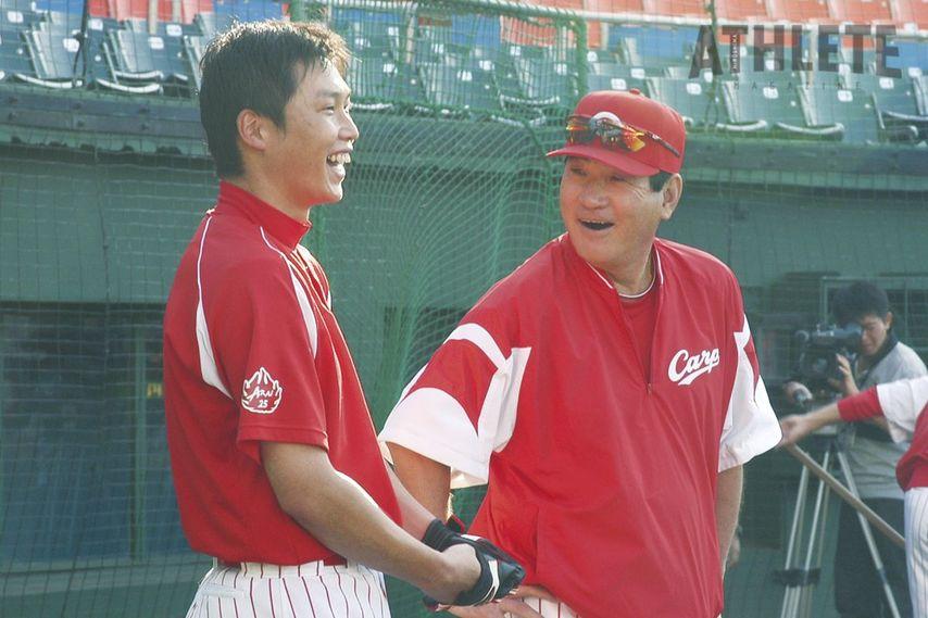 """<div class=""""caption"""">2003年、当時の山本浩二監督に4番に抜擢された新井貴浩氏。山本監督最終年の2005年には本塁打王に輝いた。</div>"""