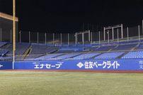 """<div class=""""caption"""">21年前は観客として新日本プロレス神宮球場大会を観戦していた内藤選手。21年の時を経てメインイベンターとなった内藤選手が当時、座っていたレフトスタンドを激写。</div>"""