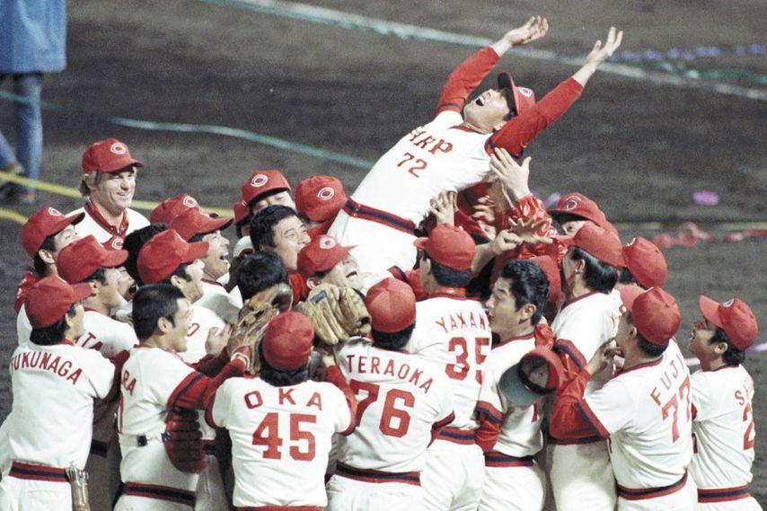 """<div class=""""caption"""">古葉竹識(こばたけし)/1936年4月22日生、熊本県出身。75年途中にカープの監督に就任し、リーグ初優勝に導く。79年、80年はリーグ連覇と同時に連続日本一を達成。84年にも日本一に輝き、85年限りで勇退した。</div>"""
