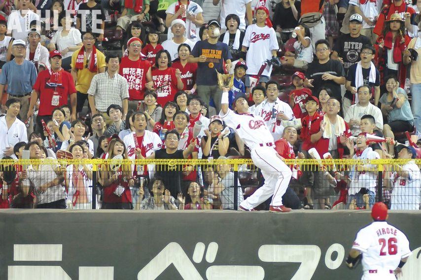 """<div class=""""caption"""">2010年8月22日の横浜戦(マツダスタジアム)で、センターを守っていた天谷宗一郎氏がホームラン性の打球をスーパーキャッチした瞬間。</div>"""