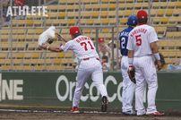"""<div class=""""caption"""">豪快に一塁ベースを放り投げるブラウン監督</div>"""