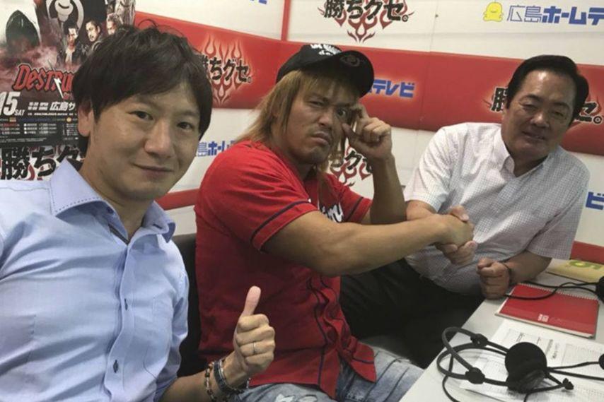 "<div class=""caption"">1982年6月22日生、東京都出身。180㎝・102kg/始球式の後にゲスト解説も務めた内藤選手。解説の北別府氏とがっちり握手。</div>"